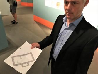 Archäologe Dirk Schmitz von der Kölner Bodendenkmalpflege mit einem Grundriss der Bibliothek.