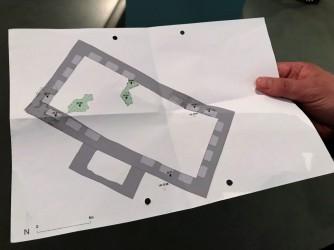 Die beiden grünen Flecken zeigen die Stellen an, an denen Reste des Fußboden-Belags gefunden worden sind. Fotos: Bücheratlas
